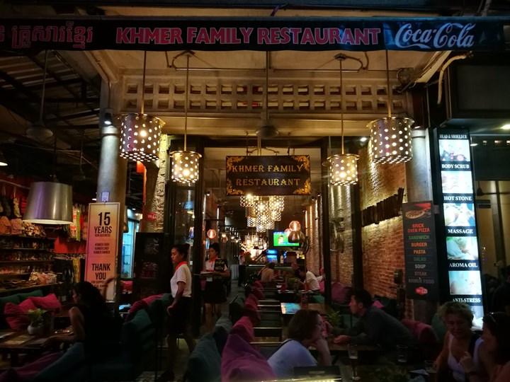 khmerfamily02 Siem Reap-Khmer Family暹粒熱鬧酒吧街上小餐館 這雞湯螞蟻調味? 很特殊的酸與東南亞的香料