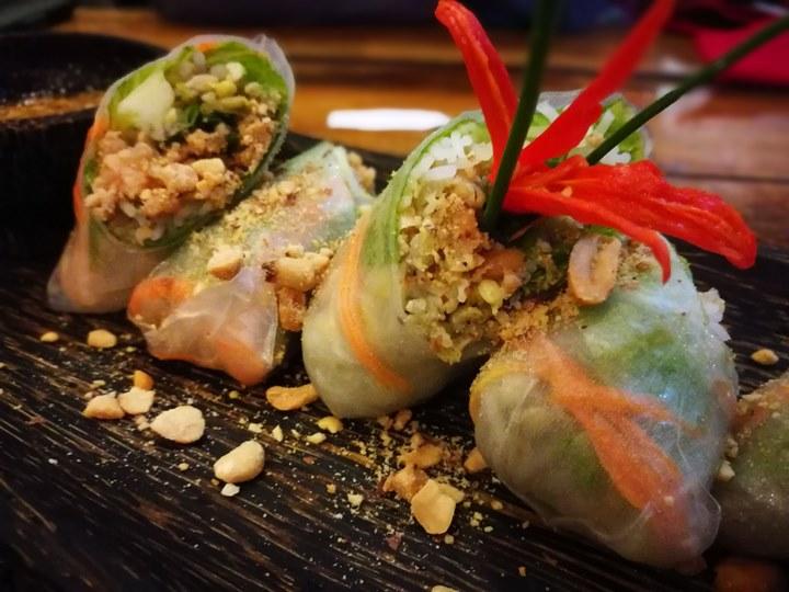 khmerfamily10 Siem Reap-Khmer Family暹粒熱鬧酒吧街上小餐館 這雞湯螞蟻調味? 很特殊的酸與東南亞的香料