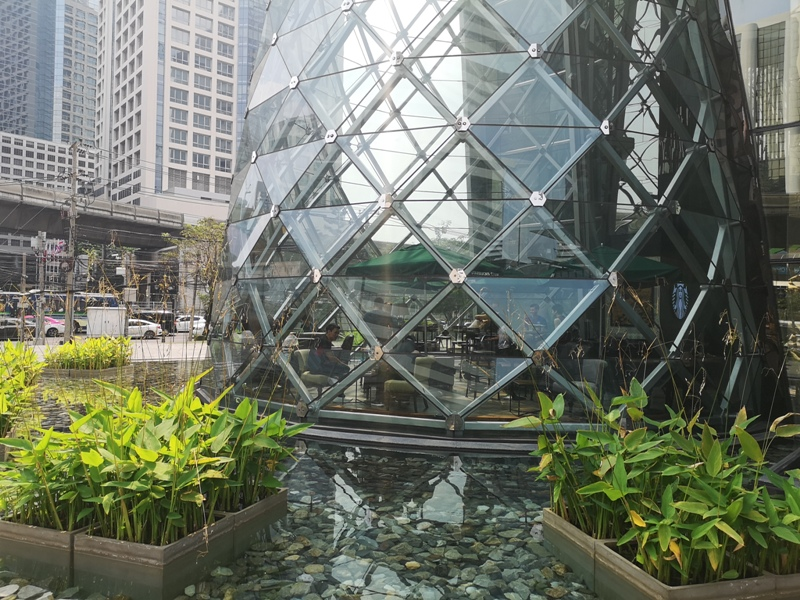 starbucksbkk05 Bangkok-Starbucks Sathorn Square玻璃耶誕樹曼谷特色星巴克