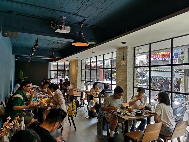 ozcafe06 信義-OZ Cafe & Bistro松露玉米糊油封鴨 招牌果真招牌...鴨腿酥嫩鬆