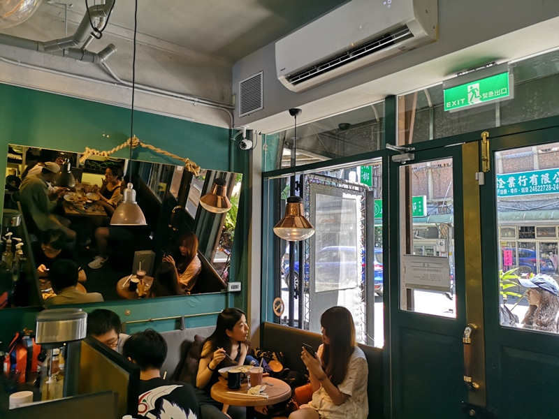 tuman07 基隆-圖們咖啡 正濱漁港彩色屋之黑色大方咖啡館 漁港風光盡收眼底