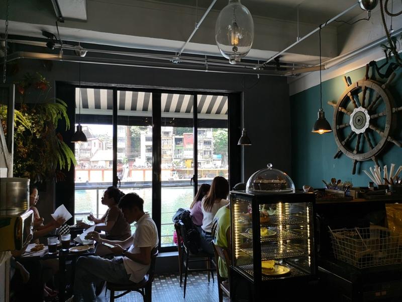 tuman11 基隆-圖們咖啡 正濱漁港彩色屋之黑色大方咖啡館 漁港風光盡收眼底