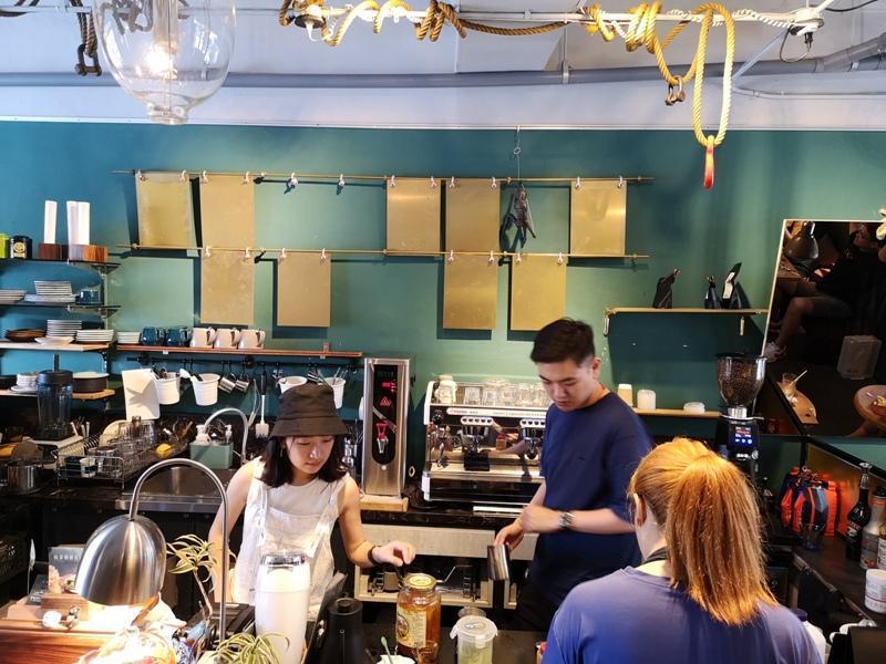 tuman13 基隆-圖們咖啡 正濱漁港彩色屋之黑色大方咖啡館 漁港風光盡收眼底