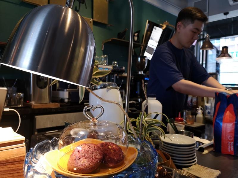 tuman14 基隆-圖們咖啡 正濱漁港彩色屋之黑色大方咖啡館 漁港風光盡收眼底