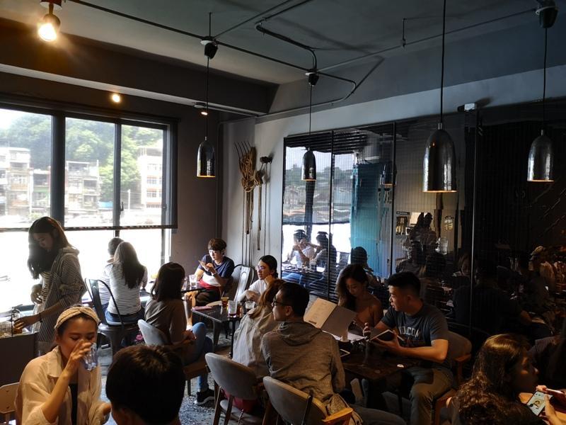 tuman17 基隆-圖們咖啡 正濱漁港彩色屋之黑色大方咖啡館 漁港風光盡收眼底