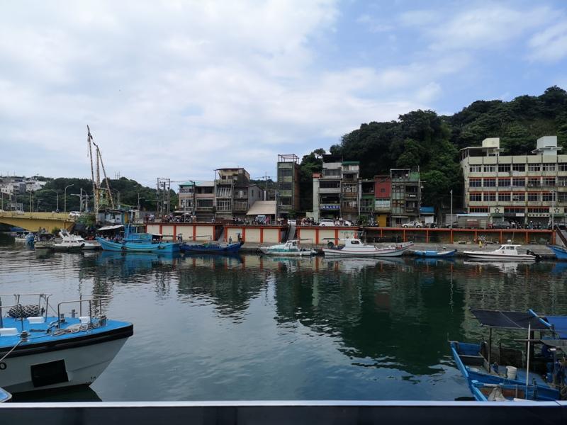 tuman18 基隆-圖們咖啡 正濱漁港彩色屋之黑色大方咖啡館 漁港風光盡收眼底